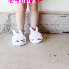 Si tus niños son como los nuestros, entonces de seguro les encantan andar descalzos por todos lados, para ellos es una felicidad, pero para nosotras es una tortura. Mas en esta época donde hace frió. Por eso nosotras les preparamos esta preciosa manualidad para que le hagan a sus nietos o a sus hijos. Les traemos tambien la plantilla para que hacerlas se les haga aun mas facil.  http://www.todomanualidades.net/2015/06/como-hacer-pantuflas-para-ninos/