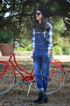 Overalls are comfy to wear and can be a nice vase for a casual and no-fuss outfit when you are tired of jeans. How to wear such a piece in the winter to Jean Overall Outfits, Jeans Overall, Style Casual, Cute Casual Outfits, Casual Looks, Casual Jeans, Denim Overalls Outfit, Denim Jumpsuit, Dungarees