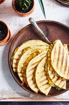 Quesadilla& met tonijn en avocado is part of Mexican food recipes - Mexican Food Recipes, Snack Recipes, Healthy Recipes, Ethnic Recipes, Healthy Work Snacks, Quesadillas, Tex Mex, Low Carb Keto, Brunch