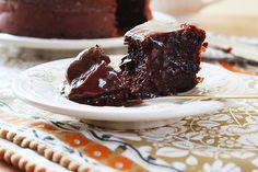 Um pequeno bolo de chocolate que não leva fermento, portanto não cresce. Em contrapartida, concentra o sabor num coração delicioso