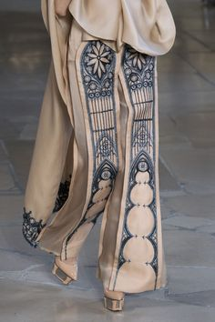 Pei at Couture Fall 2018 Guo Pei Fall 2018 Couture. Despite the obvious, good ideas hereGuo Pei Fall 2018 Couture. Despite the obvious, good ideas here Style Haute Couture, Couture Mode, Couture Fashion, Runway Fashion, Fashion Art, High Fashion, Fashion Show, Fashion Tips, Fashion Design