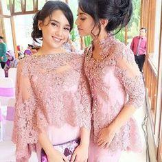 Tag Like and mention your friends Kebaya Lace, Kebaya Brokat, Kebaya Dress, Batik Kebaya, Batik Dress, Kebaya Pink, Modern Filipiniana Dress, Dress Brokat Modern, Gaun Dress