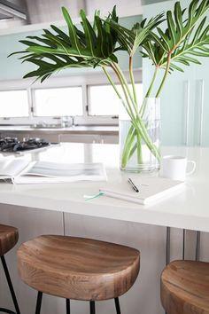 Taburetes de madera - Cocina de una casa en la playa - Diseñador de interiores Homepolish