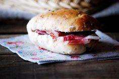 Mini chapatas de jamón de bellota y nueces Tapas, Sandwiches, Spanish Food, Bagel, Hamburger, Bread, Mini, Ethnic Recipes, Acorn