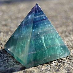 Pyramida - duhový fluorit 35 mm - eshop Bombastus