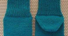 Sukat (koko n. 22-23)   Tarvitset:  - Taito Pirkanmaan Kirjo-Pirkka -lankaa petroolin sinistä n. 30g, valkoista n. 5g ja mustaa n. 2g,  ... Mittens, Knit Crochet, Knitting, Fashion, Tights, Fingerless Mitts, Moda, Tricot, Fashion Styles