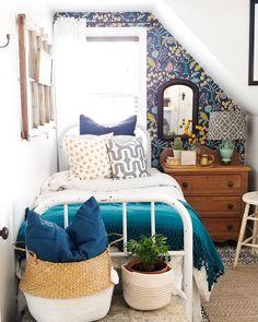 Cutest tiny bedroom with lots of personality ♥️ Ideas Habitaciones, Piece A Vivre, Home Bedroom, Guest Bedroom Decor, Teen Bedroom, Guest Room, Bedroom Ideas, My New Room, Beautiful Bedrooms