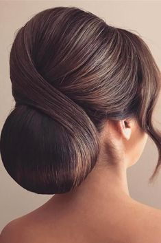 These ideas of pretty chignon bun hairstyles are easy to recreate and will earn you a ton of compliments. classic wedding hairstyles 15 Pretty Chignon Bun Hairstyles to Try Chignon Bun, Bun Bun, Bridal Chignon, Chignon Hairstyle, Bridal Hair Buns, Braided Updo, Elegant Wedding Hair, Wedding Hair And Makeup, Hairdo Wedding