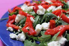 Rucola met geitenkaas en geroosterde paprika