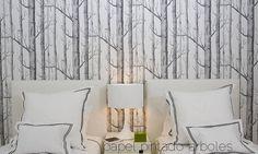 Si estás pensando en colocar papel pintado en tu dormitorio, las opciones que podrás barajar son muchas. Rayas, cuadros, flores, geométrico, estampado