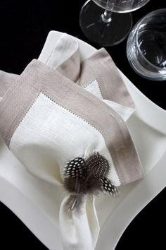 homevialaura | Gauhar | gauharshop.com | linen napkin | Easter | table setting | feathers