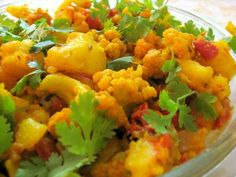 Aloo Gobi Masala is a traditional Indian cauliflower and potato curry recipe. Gobi Recipes, Curry Recipes, Indian Food Recipes, Vegetarian Recipes, Cooking Recipes, Vegetarian Dish, Indian Foods, Delicious Recipes, Tasty
