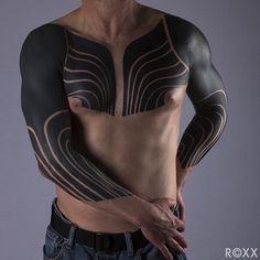 Le tatouage blackout ou blackout tattoo est la dernière tendance en terme de tatouage, inspirée des tatouages tribaux avec ces motifs de couleur inversée.