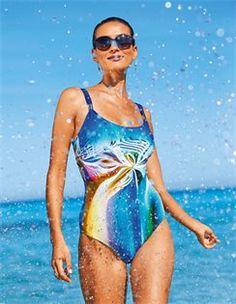 Badeanzug mit Druck, Sonnenbrille mit Gläsern im Farbverlauf