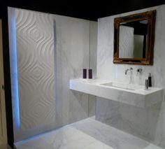 bagno in marmo calacatta corredato con termoarredo nello stesso materiale rifinito con texture incisa