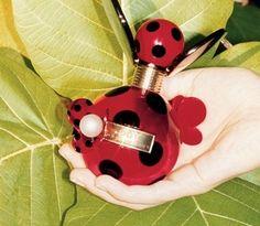 Marc Jacobs propone la sua nuova fragranza per l'estate 2012, un mix fiorato e fruttato racchiuso in un flacone originale che ricorda una coccinella.