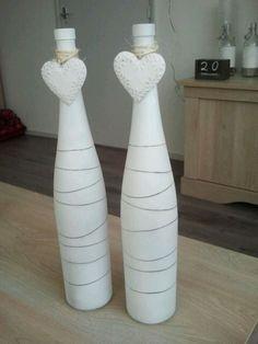 simpele vazen bespoten met witte matte verf. Eerst elastiekjes er om gedaan. Idee hier opgedaan.