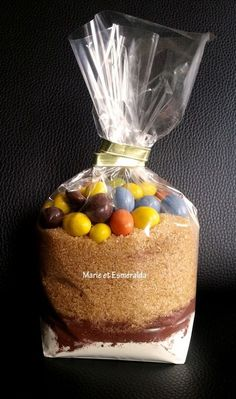 Kit brownie M&M's pour offrir ou se faire plaisir! Kit Cookies, Cookies Et Biscuits, Mason Jar Meals, Meals In A Jar, Brownies, Gourmet Gifts, Jar Gifts, Craft Sale, Homemade Gifts