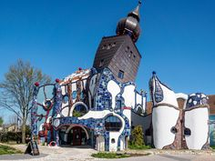This Hundertwasserhaus in Abensberg was constructed by Peter Pelikan, a longtime friend of Friedensreich Hundertwasser, and is dedicated to the life & work of the famous Viennese artist - a good place to visit & learn about Hundertwasser art & history. Unusual Buildings, Amazing Buildings, Interesting Buildings, Hundertwasser Art, Friedensreich Hundertwasser, Crazy Houses, Gaudi, Long Time Friends, Unusual Homes