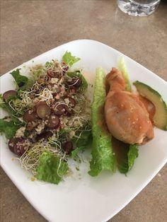 Pollo en salsa con ensalada de uva