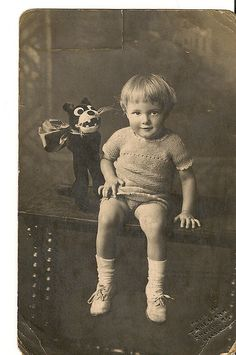 Previous pinner - This is a lovely photograph of my father, Ken taken with the then very popular Felix the Cat at Hastings! Vintage Children Photos, Vintage Pictures, Old Pictures, Vintage Images, Old Photos, Vintage Abbildungen, Vintage Postcards, Les Enfants Sages, Vintage Illustration