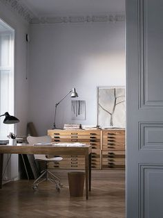 Home office com Mapoteca de Madeira. Arquiteto: Fernlund + Logan. Fotógrafo: Magnus Marding.