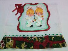 Pano de prato confeccionado em tecido de algodão, pintado a mão, com detalhes em glitter e alto relevo, barrado com motivos natalinos e passa fita. Mais uma pintura divertida para a sua decoração de Natal ou para presentear quem você ama.