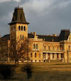 Kégl-kastély, Székesfehérvár A Csalapusztán álló Kégl-kastély Fejér megye leglátványosabb kastélya. A neoreneszánsz csodát a 19. században építették fel. Mára állapota jelentősen leromlott, felújításra szorul, azonban talán épp ez adja romantikus voltát. Heart Of Europe, Abandoned Mansions, Ancient Architecture, Budapest Hungary, Palaces, Homeland, Places To Visit, Explore, House Styles