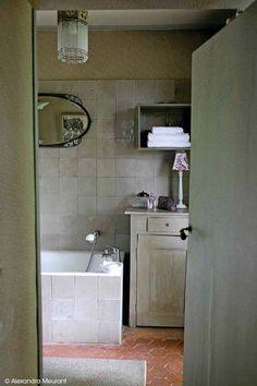 Le mélange de bois cérusés, et les tomettes seront vos meilleurs amis pour une salle de bain au look rustique ! #dccv #salledebain #bain #deco #design #bathroom #ducotedechezvous #douche