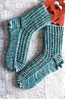 Die Struktursocken haben ein einfaches, aber wirkungsvolles Muster, das Deine Socken etwas aufpeppt. Die unterbrochenen Rippen eignen sich für unifarbene, aber besonders auch für handgefärbte multicolor Garne – denn sie gehen auch in bunten Strängen nicht unter und verleihen den Socken eine schöne Textur.