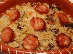 1 pato 350 g de arroz 1 gema de ovo 1 chouriço 1 cebola 100 g de bacon Sal e pimenta em grão q.b. Arranje o pato e coza-o em água temperada com sal e pimenta em grão, juntamente com o bacon, o chouriço e a cebola, tudo inteiro. Depois de tudo...