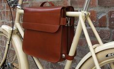 We LOVE the look of this: This is a frame bag for your lunch box or laptop. Who says that bicycle bags always have to look like … bicycle bags? This briefcase style leather bag attached to your frame and has room for a laptop and other work essentials. Leather Bicycle, Bicycle Bag, Bike Bmx, Bike Rides, Bike Frame Bag, Leather Backpack, Leather Bag, Velo Vintage, Vintage Bicycles