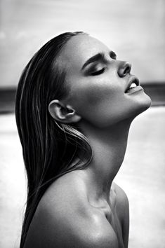 Attitude très sensuelle........... yeux fermés, bouche entrouverte........