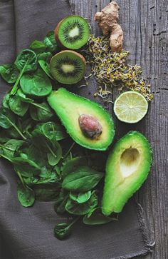 Food Inspiration Cum sa faci un smoothie verde perfect Healthy Smoothies, Healthy Drinks, Smoothie Recipes, Making Smoothies, Smoothie Legume, Avocado Smoothie, Ripe Avocado, Raw Food Recipes, Healthy Recipes