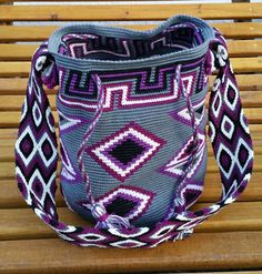 Heikeshäkellust: Wayuu mochila III Tapestry Loom, Tapestry Crochet Patterns, Tapestry Bag, World Tapestry, Mochila Crochet, Boho Bags, Bargello, Drops Design, Knit Crochet