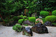 Různé tvary a barevné horniny zahrady Okonomiya svatyně