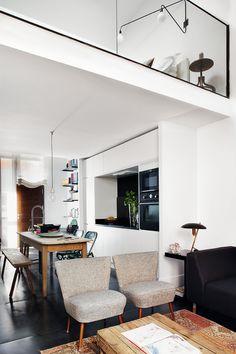 Madrid, 90 m2. Es la suma de un espacio inhabitual, unos propietarios con poco tiempo devotos de la decoración y su confianza en el hacer de Ricardo de la Torre. ¿Resultado? El loft perfecto.