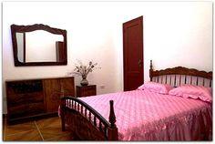 Detalle de una de las habitaciones. Bed, Furniture, Home Decor, Apartments, Flats, Shared Bathroom, Windows, Beds, Decoration Home