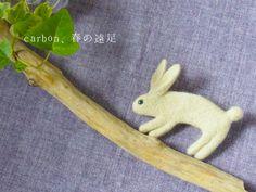 うさぎブローチ- by ヒツジフエルト縮絨室 [ Rabbit Brooch by Felt Fulling Lab]