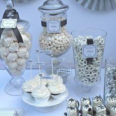 Decoración con cintas en la tapas, cuerpo y bordes de los frascos de boticario, además de una etiqueta, lucen súper bien en la mesa dulce. #MesasDulces