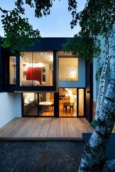 Voici un réaménagement intérieur très réussi pour le compte d'une famille habitant Montréal au Canada. Le but de ce projet était de brouiller les limites entre l'intérieur et l'extérieur et de transformer un duplex datant des années 20 en se réappropriant le deuxième étage pour y aménager 3 chambres à coucher et un espace de bureau.