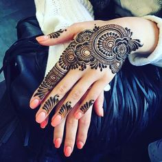 You've got an ocean of henna designs before you, and you can grab your most favorite one. Though it is a small body part, a henna on it looks simple yet elegant. Among all wrist tattoos, henna flower are believed to be the most well-known ones. Henna Hand Designs, Henna Flower Designs, Mehndi Designs Finger, Mehndi Designs For Beginners, Mehndi Design Pictures, Mehndi Designs For Fingers, Unique Mehndi Designs, Beautiful Mehndi Design, Latest Mehndi Designs