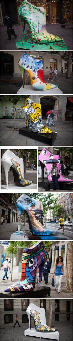 """La exposición """"Shoes Street Art"""" en pleno Madrid busca revivir, con zapatos de taco alto gigantes en plana calle, el mercado del calzado español."""