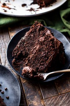 Super rich and fudgy chocolate cake with chocolate chip and chocolate fudge frosting! The best zucchini cake! Recipe on sallysbakingaddic… Chocolate Fudge Frosting, Chocolate Recipes, Cake Chocolate, Zuchinni Chocolate Cake, Raspberry Chocolate, Baking Recipes, Cake Recipes, Dessert Recipes, Sallys Baking Addiction