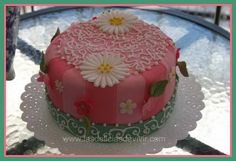Cómo hacer flores de Royal Icing ! Cake Toppings, Cupcakes, Cake Decorating, Favorite Recipes, Desserts, Food, Decorating Cakes, Crack Cake, Fairy Cakes