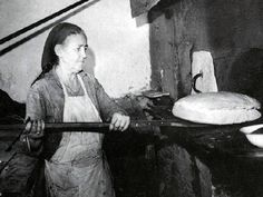 11130195_453419908143676_1552448739444816111_o Baguette, Greek Beauty, The Son Of Man, The Old Days, History Photos, Greek Recipes, Bread Baking, Historical Photos, Vintage Images