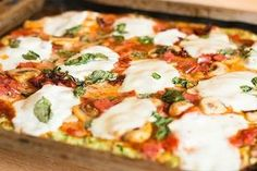 Op zoek naar een alternatief voor de deegbodem van een pizza? Deze pizza met courgette bodem is lekker, gezond en helemaal glutenvrij!