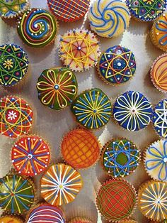pretty cupcakes...these look like they were made with the Spirograph discs!