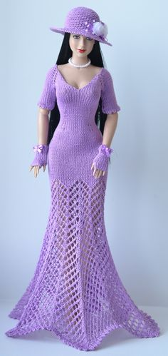 This Pin was discovered by Mar Crochet Doll Dress, Crochet Barbie Clothes, Knitted Dolls, Doll Clothes, Barbie Knitting Patterns, Barbie Patterns, Doll Costume, Barbie Dress, Crochet Fashion