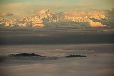Le nuvole occupano ancora gran parte del cielo, lingue di nebbia continuano a fluttuare sulla collina che sovrasta Torino: ma nella prima alba senza pioggia dopo l'ondata di maltempo che ha messo in ginocchio il Piemonte appaiono finalmente le montagne, prima fra tutte il Monviso che svetta al di l&